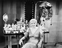 Retrato de uma jovem mulher que senta-se em um salão de beleza (todas as pessoas descritas não são umas vivas mais longo e nenhum Foto de Stock