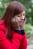 Retrato de uma jovem mulher que sente o assento comprimido em uma floresta Fotos de Stock
