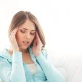 Retrato de uma jovem mulher que sofre da dor principal Foto de Stock