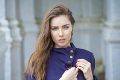 Retrato de uma jovem mulher 'sexy' bonita na obscuridade - revestimento azul Foto de Stock
