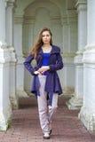 Retrato de uma jovem mulher 'sexy' bonita na obscuridade - revestimento azul Imagens de Stock Royalty Free