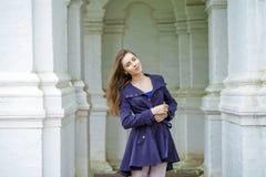 Retrato de uma jovem mulher 'sexy' bonita na obscuridade - revestimento azul Imagem de Stock Royalty Free