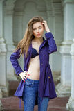 Retrato de uma jovem mulher 'sexy' bonita na obscuridade - revestimento azul Foto de Stock Royalty Free