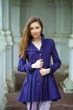 Retrato de uma jovem mulher 'sexy' bonita na obscuridade - revestimento azul Imagens de Stock