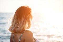 Retrato de uma jovem mulher de sorriso bonita no biquini na praia Modelo fêmea que levanta no roupa de banho na costa de mar Féri foto de stock royalty free