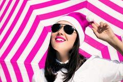 Retrato de uma jovem mulher de sorriso feliz no chapéu de Santa Claus imagem de stock royalty free