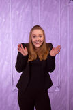 Retrato de uma jovem mulher surpreendida em um terno preto Foto de Stock
