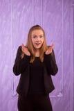 Retrato de uma jovem mulher surpreendida em um terno preto Fotografia de Stock Royalty Free