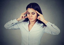 Retrato de uma jovem mulher triste com a expressão forçada preocupada da cara que tem a dor de cabeça fotos de stock