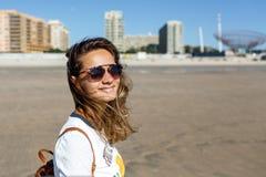 Retrato de uma jovem mulher, vidros, fora na praia imagens de stock royalty free