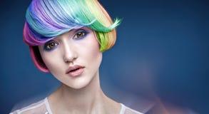 Retrato de uma jovem senhora com um penteado colorido imagens de stock royalty free