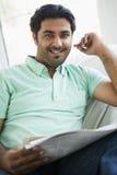 Retrato de uma leitura do Oriente Médio do homem foto de stock royalty free