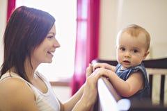 Retrato de uma mãe bonita com seu bebê 10 mês-velho fotos de stock