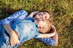 Retrato de uma mãe bonita com um curso novo do ar livre do filho fotografia de stock