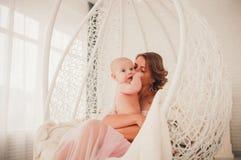 Retrato de uma mãe com bebê Imagens de Stock
