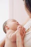 Retrato de uma mãe com seu bebê recém-nascido Fotos de Stock Royalty Free