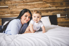 Retrato de uma mãe com seus nove meses do bebê idoso Imagens de Stock