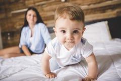Retrato de uma mãe com seus nove meses do bebê idoso Fotos de Stock Royalty Free