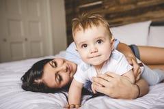 Retrato de uma mãe com seus nove meses do bebê idoso Imagem de Stock Royalty Free