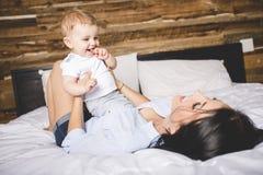 Retrato de uma mãe com seus nove meses do bebê idoso Fotos de Stock