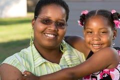 Retrato de uma mãe e de uma filha afro-americanos Fotos de Stock Royalty Free