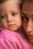 Retrato de uma mãe nova e de sua filha de um ano Fotos de Stock Royalty Free