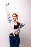 Retrato de uma música de escuta da mulher feliz nos fones de ouvido e na dança Imagem de Stock