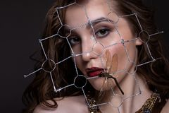 Retrato de uma menina adolescente bonita com composição e penteado criativos fotos de stock