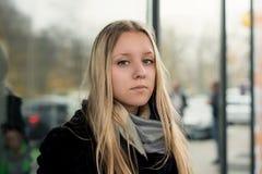 Retrato de uma menina adolescente com cabelo longo em um ambiente urbano Imagens de Stock