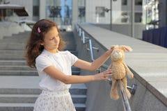 Retrato de uma menina adolescente com um brinquedo Fotografia de Stock Royalty Free