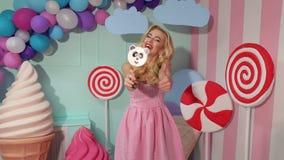 Retrato de uma menina alegre e feliz com uns grandes doces sob a forma de uma panda filme