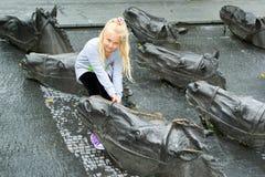 Retrato de uma menina ao lado dos cavalos de bronze Fotos de Stock Royalty Free