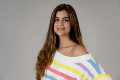 Retrato de uma menina atrativa com a cara feliz e sorrindo Na beleza, modelo e conceito da forma fotos de stock royalty free