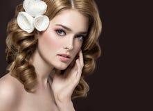Retrato de uma menina bonita com as flores brancas em seu cabelo Face da beleza Foto de Stock Royalty Free