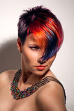 Retrato de uma menina bonita com cabelo tingido Fotos de Stock Royalty Free