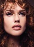 Retrato de uma menina bonita com cabelo vermelho longo saudável foto de stock royalty free