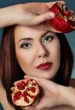 Retrato de uma menina bonita com fruto Imagens de Stock
