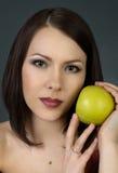 Retrato de uma menina bonita com fruto Fotos de Stock Royalty Free