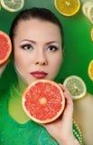 Retrato de uma menina bonita com fruto Imagem de Stock Royalty Free