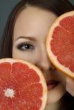 Retrato de uma menina bonita com fruto Imagem de Stock