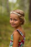 Retrato de uma menina bonita com penteado no dia de verão grego do estilo na floresta Fotos de Stock