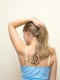 Retrato de uma menina bonita com tatuagem Imagens de Stock Royalty Free