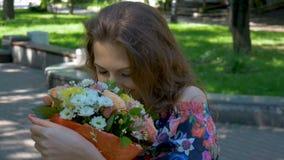Retrato de uma menina bonita com um ramalhete das flores filme