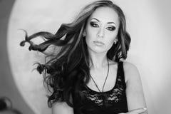 Retrato de uma menina bonita com voo do cabelo encaracolado longo, composição fumarento dos olhos, laço Rebecca 36 Imagem de Stock Royalty Free