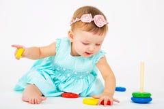 Retrato de uma menina bonita Criança em um fundo claro Fotografia de Stock