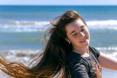 Retrato de uma menina bonita da luz do sol Moça feliz bonita que aprecia o verão fora fotografia de stock