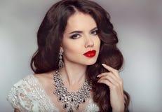 Retrato de uma menina bonita da noiva da forma com os bordos vermelhos sensuais Foto de Stock Royalty Free