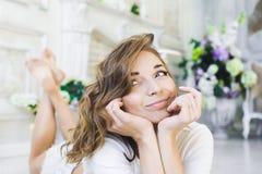 Retrato de uma menina bonita delicada, jovem bonito, encontro 'sexy' no assoalho, com levantamento do portátil Imagens de Stock Royalty Free