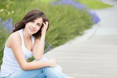 Retrato de uma menina bonita do estudante no parque imagem de stock