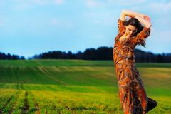 Retrato de uma menina bonita em um campo Imagem de Stock Royalty Free